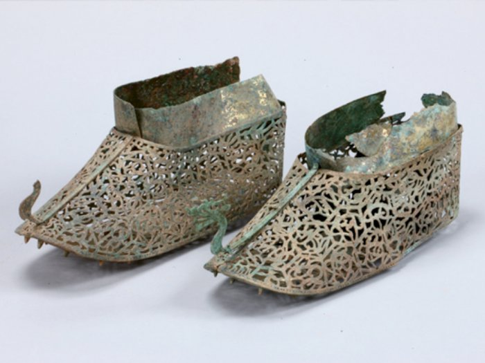 Penemuan Sepatu Tertua Berbalut Emas Berusia 1500 Tahun di Korea Selatan