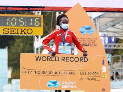 """Pelari Kenya Jepchirchir Pecahkan Rekor Dunia """"Half Marathon"""" Putri"""