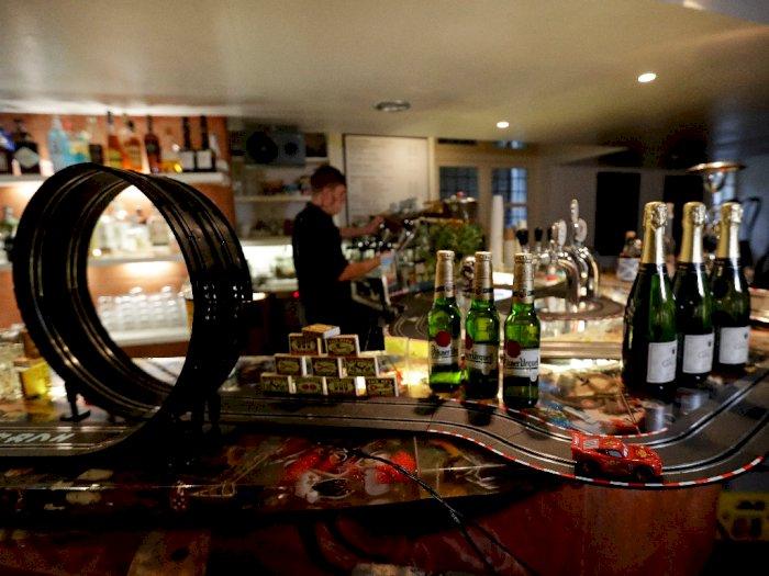 Menarik! Bartender di Ceko Ini Modifikasi Area Bar Jadi Lintasan Mobil Listrik