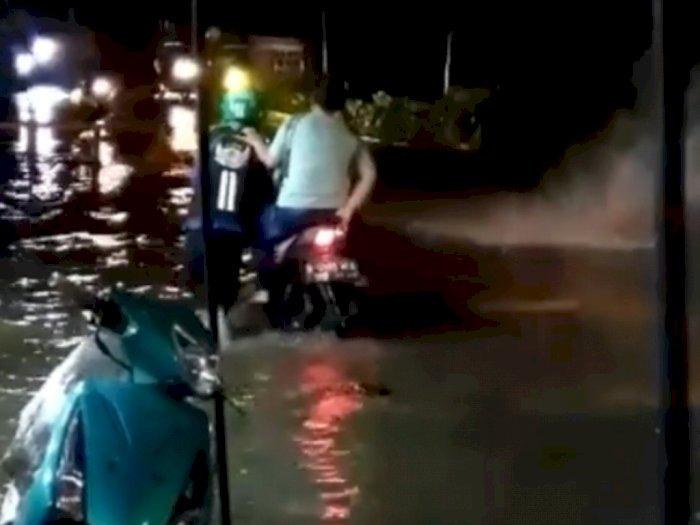 Terobos Banjir, Driver Ojol Tuntun Motor dan Penumpangnya, Netizen: Customer Ga Ada Akhlak
