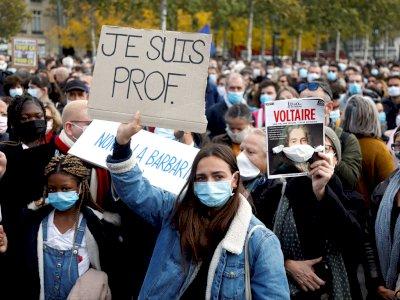 Polisi Prancis Buru Puluhan Orang yang Mendukung Pemenggalan Guru
