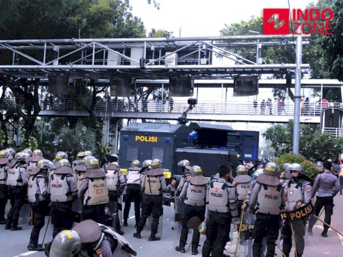Usai Demo di Patung Kuda Jakarta, Massa Lempar Petasan ke Arah Polisi