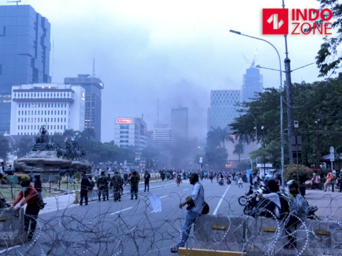 Pasca Demo Omnibus Law di Jakarta, Massa Mulai Melakukan Aksi Bakar-bakar