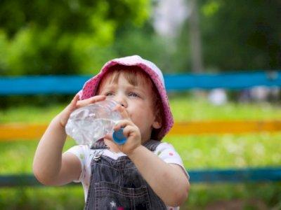 Kapan Bayi Dibolehkan Minum Air Putih?