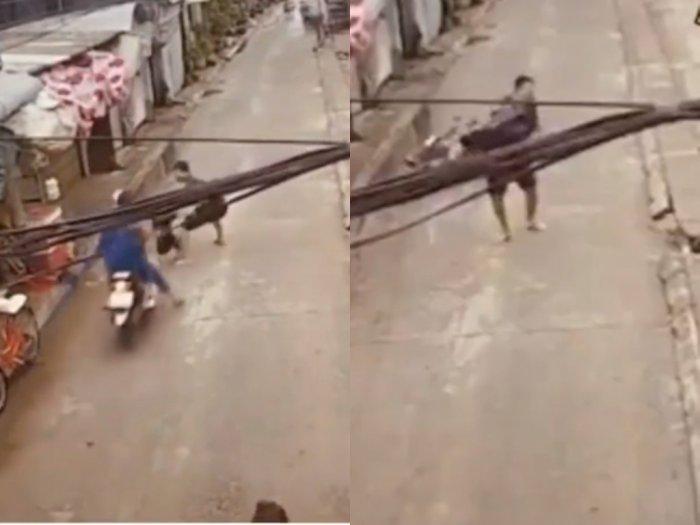 Detik-detik Saat Pria ini Selamatkan Bocah yang Hampir Tetabrak Motor, Bikin Netizen Kagum