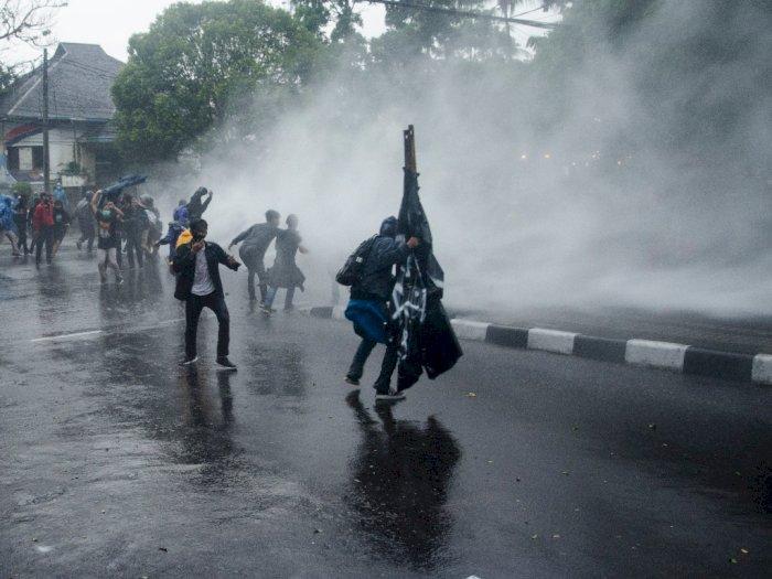 FOTO: Ricuh Aksi Tolak Omnibus Law di Bandung