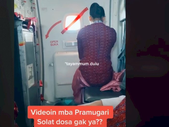 Viral Pramugari Salat di Dalam Pesawat, Netizen: Nangis...