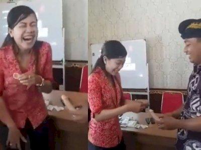 Video Sosialisasi Cara Pasang Kondom, Si Wanita Tertawa Geli saat Pegang Kelamin Tiruan
