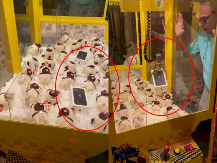 Main Claw Machine Dapat iPhone, Pas Dibuka Isinya Mengejutkan