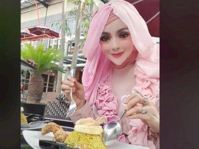 Viral Cewek Mirip Barbie Makan Nasi Kuning, Netizen Salfok ke Salah Satu Bagian Wajahnya
