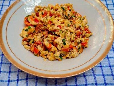 Makan Siang Bikin Telur Orak-arik Tahu Pedas Yuk!