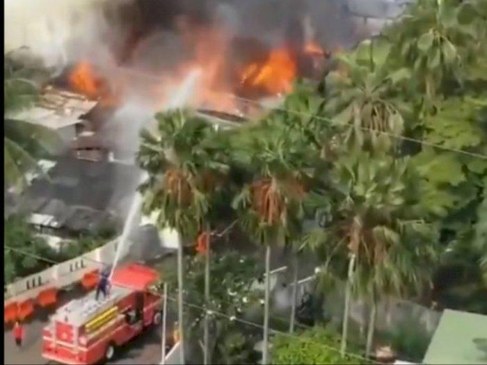 Kebakaran Terjadi di Dekat Lapangan Parkir Mal Senayan City