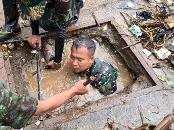 Salut! Demi Bersihkan Sampah, Anggota TNI di Sumedang Rela Selami Parit