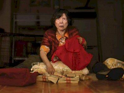"Sinopsis ""Lucky Grandma (2019)"" - Nenek Pecandu Rokok Beruntung di Chinatown"