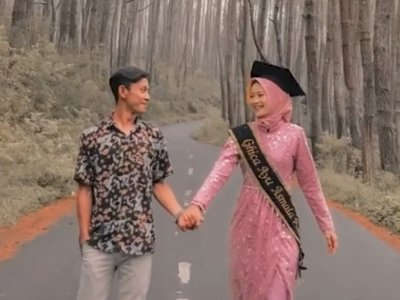 Pulang Wisuda Cewek Ini Dilamar Kekasih Bikin Terharu, Netizen: Kado Impian Banyak Wanita