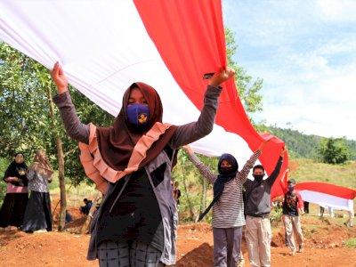 FOTO: Pembentangan Bendera Merah Putih Sepanjang 200 Meter