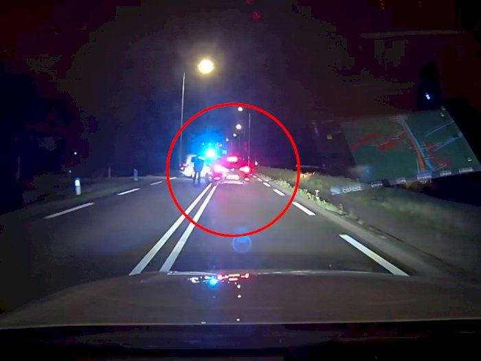 Melihat Mobil Polisi Melaju dengan Kecepatan 239 Km/H untuk Kejar Pengendara VW Golf!