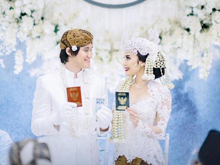 Kevin Aprilio Unggah Foto Bareng Istri di Ranjang, Netizen Sibuk Tanya Soal Malam Pertama