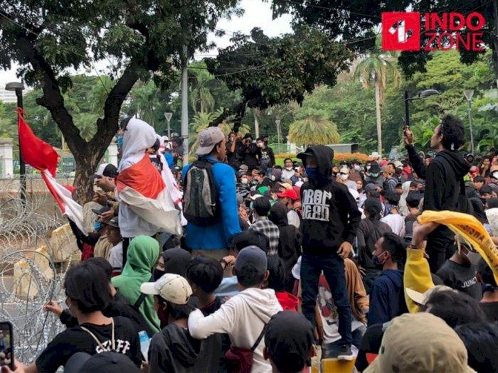 Polisi Sweeping Cari Barang Berbahaya di Tengah Demo di Jakarta