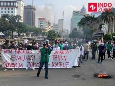 Demo Omnibus Law di Jakarta, Massa Lakukan Orasi hingga Bakar Ban