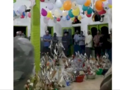 Viral Perayaan Maulid Heboh Bapak-bapak Berebut Makanan, Netizen Salfok yang Manjat Tiang