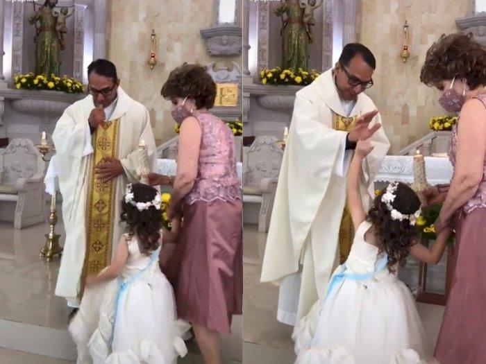 Bocah ini Malah Ajak Tos Saat Pastor Mengangkat Tangan untuk Pemberkatan, Netizen Gemas