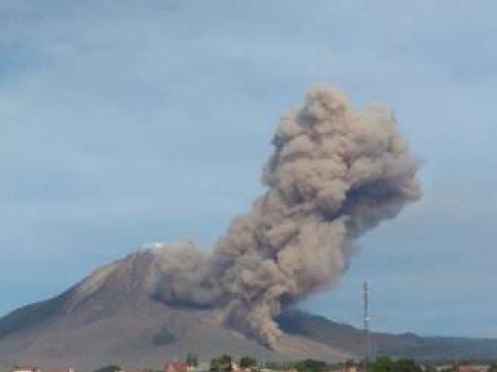 Gunung Sinabung di Karo Erupsi, Warga Diimbau Gunakan Masker