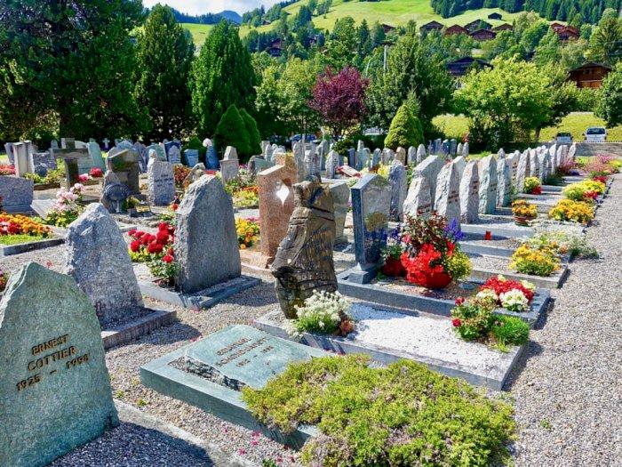 Tradisi dan Mitos Menaburkan Bunga di Atas Kuburan