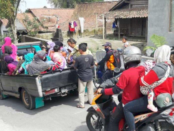Warga Desa di Sekitar Gunung Merapi Mulai Mengungsi