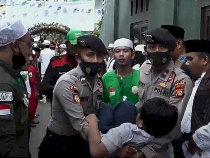 Seorang Pendukung Rizieq Shihab Pingsan di Tengah Massa Menanti Kepulangan di Petamburan
