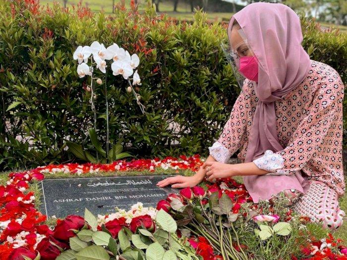 Rayakan Anniversary ke-12, BCL Ziarah ke Makam Ashraf Sinclair, Tatapan Matanya Sendu