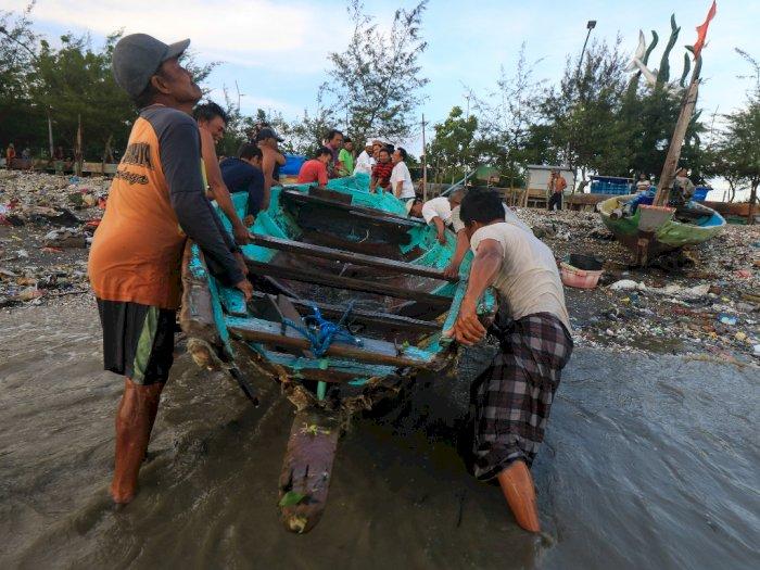 FOTO: Evakuasi Perahu Nelayan yang Rusak