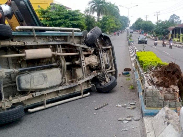 Kurang Hati-hati, Mobil Membawa Rombongan Keluarga Tabrak Pembatas Jalan di Tebing Tinggi