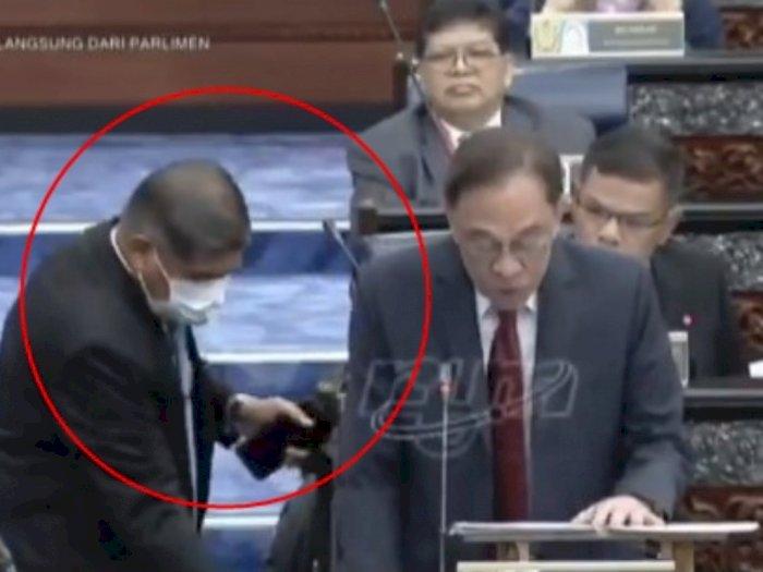 Tak Mau Ganggu Orang Pidato, Aksi Menteri Pertahanan Malaysia Ini BIkin Netizen Gemas