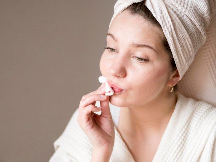 Tips Aman Membersihkan Lipstik dari Bibir