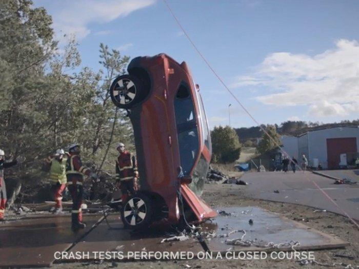 Lihat Aksi Volvo Jatuhkan 10 Mobil dari Crane untuk Uji Coba Ketahanan