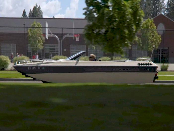 Perahu yang Melaju di Jalan Ini Sebenarnya Adalah Mobil Chrysler LeBaron!