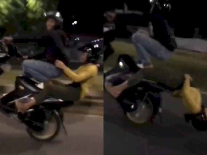 Dua Sejoli Lakukan Wheelie di Jalan Raya, Netizen Melongo Lihat Keberanian Ceweknya