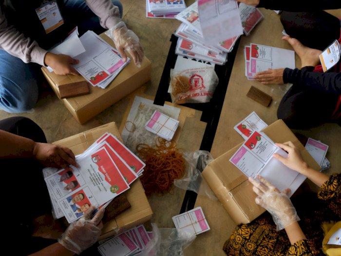 FOTO: Penyortiran dan Pelipatan Surat Suara Pilkada Kota Medan