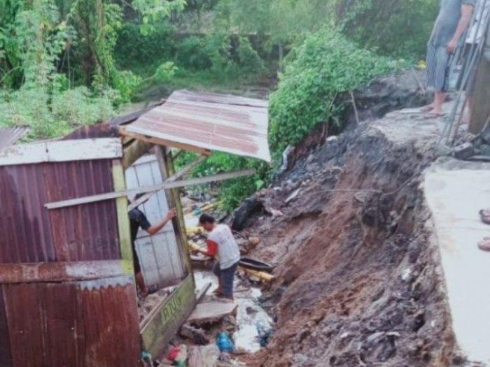 Warga Diimbau Tetap Waspada, Dua Kios di Tanah Jawa Amblas karena Longsor