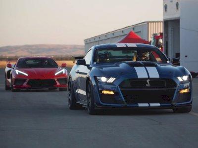 Melihat Pertandingan Antara Mobil Mustang Shelby GT500 dan Corvette C8