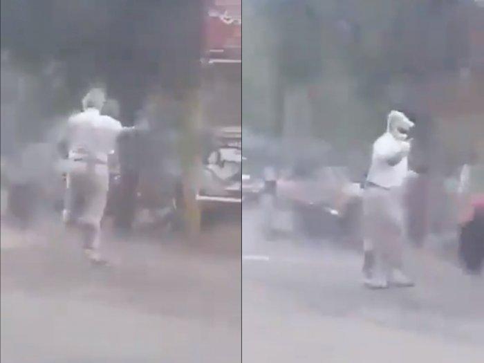 Salut! Polisi Lalu Lintas ini Tetap Menjalankan Tugasnya Meski Tengah Hujan Lebat