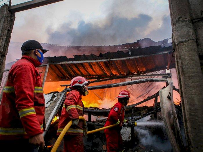 FOTO: Kebakaran Pabrik Gorden di Tangerang