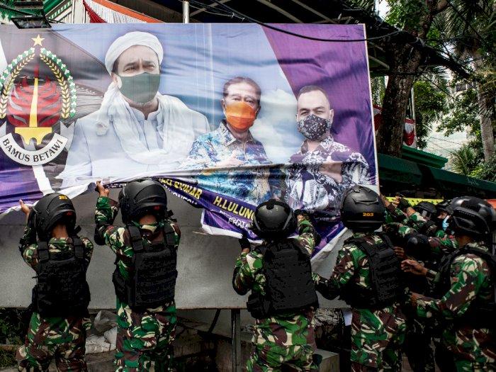 FOTO: Prajurit TNI Tertibkan Spanduk Tidak Berizin