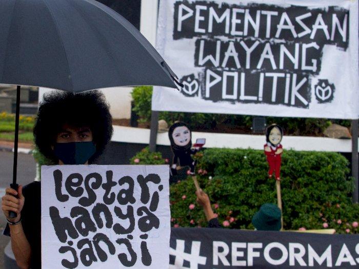 FOTO: Aksi Pementasan Wayang Politik