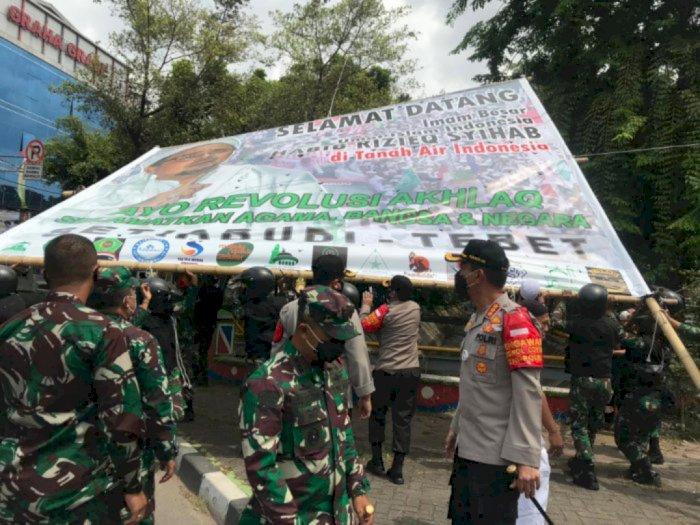 Apresiasi TNI, IPW: Satpol PP-Polri Nggak Berani Cabut Baliho Habib Rizieq