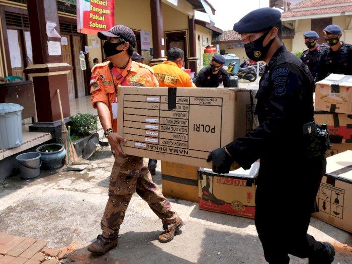 FOTO: Gegana Bantu Logistik Pengungsi Merapi