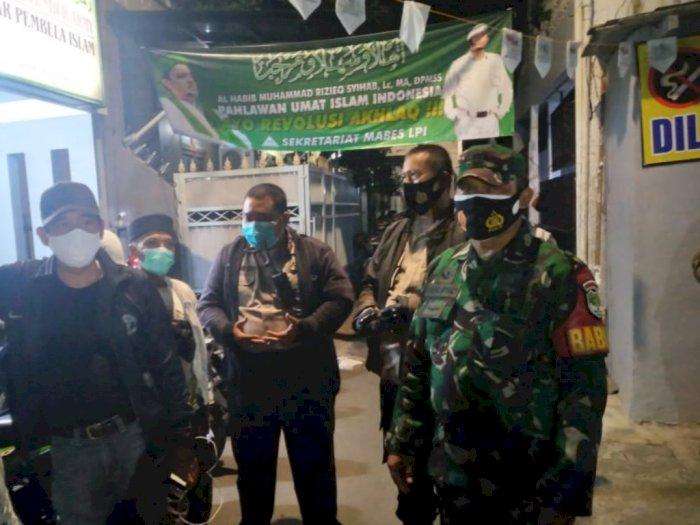 TNI-Polri hingga Satpol PP Datangi Kediaman Rizieq Shihab untuk Tes Swab, Tapi Ditolak