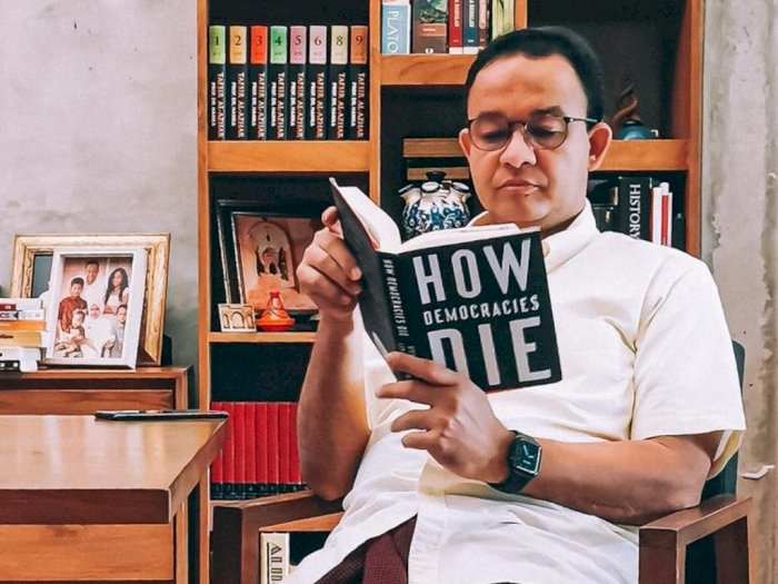 Anies Unggah Foto Baca Buku 'How Democracies Die', Netizen Heboh dengan Judulnya