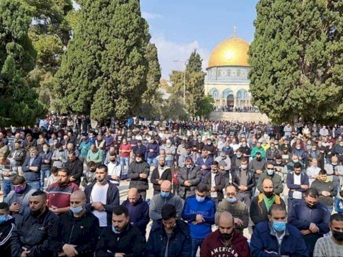 Israel Larang Salat Jumat di Mesjid Al Aqsa, Warga Palestina Terpaksa Salat di Jalan